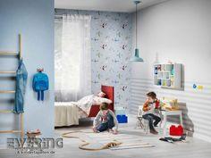 Eine hell-blaue Uni wirkt in Kombination mit einer Flugzeug-Tapete wie der Himmel im Kinderzimmer der Jungen. Die Streifen wirken in quer modern im Raum.