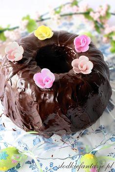 Mocno czekoladowa, wilgotna, aromatyczna i rozpływająca się w ustach babka czekoladowa z wiśniami.