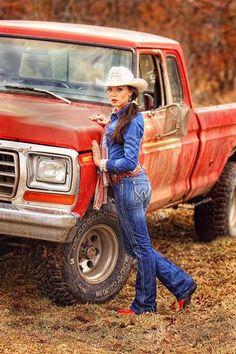 These Girls Love Diesel Trucks Every Guy Must See! Diesel Trucks, Old Ford Trucks, Lifted Trucks, Pickup Trucks, Looks Country, Cute N Country, Trucks And Girls, Car Girls, Hot Country Girls