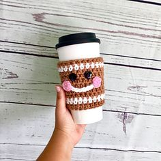 Gingerbread Cup Cozy – Free Crochet Pattern – OkieGirlBling'n'Things - Herzlich willkommen Crochet Coffee Cozy, Coffee Cup Cozy, Crochet Cozy, Free Crochet, Afghan Crochet, Christmas Cup, Crochet Christmas Ornaments, Xmas, Foundation Half Double Crochet