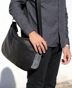 La Shoulder Bag Blue Ocean è la nostra nuova borsa, realizzata in pelle nera e pelle scamosciata di altissimma qualità. Progettata per essere la compagna del nostro tempo libero, con la tasca interna per organizzare tutte le nostre cose a portata di mano e la chiusura a zip, per tenere custoditi i nostri oggetti piu preziosi. Presenta anche una tasca in pelle porta smartphone.
