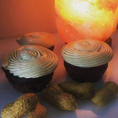 Coconut flour cacao cinnamon cupcakes with peanut buttercream / Kakaovo-skořicové cupcakes z kokosové mouky s arašídovým máslovým krémem No Bake Desserts, Muffin, Baking, Breakfast, Food, Morning Coffee, Bakken, Essen, Muffins