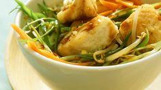 Leicht und lecker: Wok-Gemüse mit Seelachs | http://eatsmarter.de/rezepte/wok-gemuese-mit-seelachs