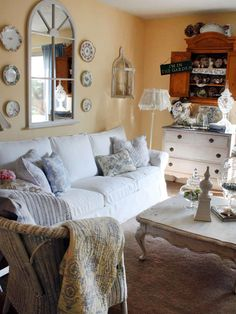 Soggiorno Shabby Chic-- love the shabby shutters behind the couch ...