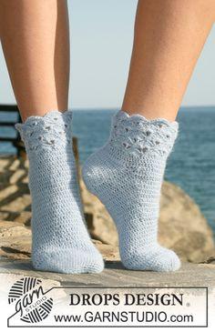 """Crochet DROPS socks in """"Alpaca"""" with fan pattern on leg. Size 35 to 43. ~ DROPS Design"""