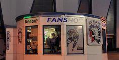 Hokejisté Schleiss a Chalupa budou prodávat ve fanshopu u HM Arény