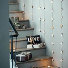 mur d'étoiles. Toutes de pâte à sel vêtues, certaines ont conservé leur teinte naturelle tandis que d'autre ont préféré recevoir un peu de peinture dorée. Chacune est reliée à l'autre par une grosse ficelle de façon à former une guirlande qu'il suffit de suspendre le long du mur pour obtenir notre effet. A installer dans les escaliers ou n'importe quelle pièce de la maison.  N°81