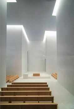 Moderne kerk, simpele altaar
