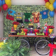 Festa super heróis muito fofa por @_festiva, adorei! Linda opção para aniversário de meninos. Muito bacana o painel com varal de fantasias de heróis, ótima idéia #kikidsparty