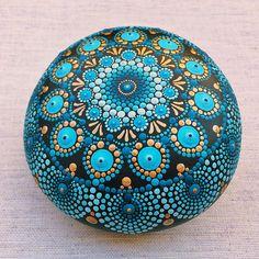 Cette pierre de Mandala bleu et or verdâtre, j'ai fait avec précision et joie (peinture acrylique et pinceau minuscule bien sûr). J'ai apprécié très bien de le créer et heureux de le mettre là pour vous à tomber en amour avec elle aussi.  Il est environ 8,5 cm (3,5 pouces) de diamètre et il est scellé avec du vernis mat. Il est adapté pour l'intérieur décoration. S'il vous plaît manipuler avec soin et ne faire pas sumerge dans l'eau ou laisser longtemps au soleil.  L'arrière des pierres est…