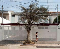 Terreno onde havia um sobrado passa a abrigar duas casas geminadas, estruturadas com passarelas cobertas e pátio central   aU - Arquitetura e Urbanismo