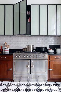 J'adore ces placards en verre dépoli et cadre métal - esprit industriel et élégant. Et les carreaux au sol sont très jolis aussi.  #kitchen #glass #metal