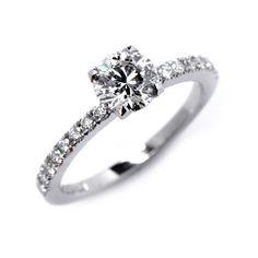 Information för ringen på bilden Metall:18K Vitguld Center: Diamant Karat: 0,40ct Färg: TW Klarhet: Vs Sido diamanter: 0,21ct  Tillgänglig från 0.25ct och större. Priset för denna ringmodell med en mittsten på 0,25ct TW/Vs diamant är25 770kr Priset för denna ringmodell med en mittsten på 0,40ct TW/Vs diamant är33 015kr