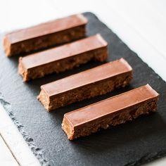 bar chocolate-caramel-way-twix lilie bakery Mini Desserts, Sweet Desserts, Just Desserts, Delicious Desserts, Yummy Food, Candy Recipes, Sweet Recipes, Dessert Recipes, Pelo Chocolate
