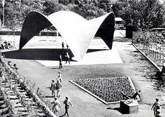 """Concha Candela"" de tres hypars curvas, atravesados, Feria Anual Flor, Jardín Botánico, Oslo, Noruega, 1962. Arq. Félix Candela - ""Candela Shell"" of three curved hypars, intersected, on display at the Annual Flower Fair, Olso, Norway, 1962"