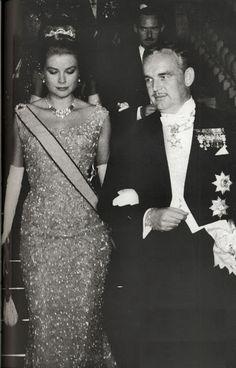 Gracia en la gala previa a la boda de los Reyes de España, Juan Carlos y Sofía, que se celebró en Atenas.  La tiara diseñada por Van Cleef & Arpels, en platino, con 214 diamantes talla brillante, y 45 diamantes talla baguette.