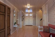 Gang med klassisk tapet, speilkonsoll og benk. Decor, Furniture, Room, Home, Room Divider