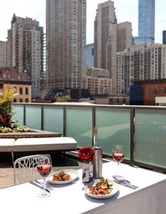 Hungry for brunch with a view? Check out the 13 best rooftop brunch restaurants in Chicago! #WindyCityWednesday #ChicaGoTOL #CheckTOL
