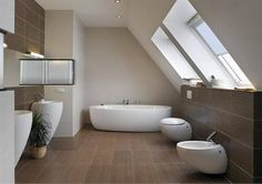 Keramický obklad a dlažba s dezénem tmavého dřeva souzní s obytnými místnosti v domě