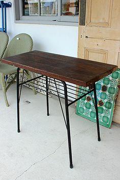 古木一枚板×黒いスチール脚のカフェテーブル マルチな使い方ができそうです。 Co.restyle