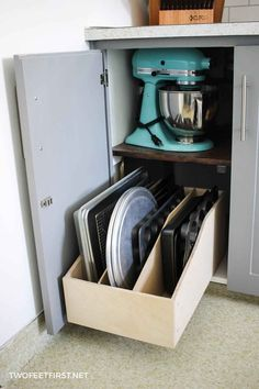 Small Kitchen Makeover Build a pullout cookie sheet drawer for your kitchen. Diy Kitchen Storage, Kitchen Drawers, Kitchen Organization, Organization Ideas, Kitchen Organizers, Kitchen Drawer Organiser, Cabinet Organizers, Wine Storage, Kitchen On A Budget