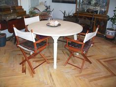 Mesa de comedor pintada a la tiza.