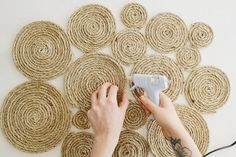 Get creative with these amazing rope diy projects. There are a lot of diy rope ideas such as rope carpets and old ceiling fixture for a sensational impact. Rope Crafts, Diy Arts And Crafts, Diy Crafts, Cheap Home Decor, Diy Home Decor, Diy Deco Rangement, Rope Rug, Sisal Rope, Baskets On Wall