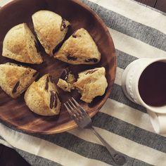おやつやホームパーティーなどにピッタリの、簡単で美味しいチョコレートスコーンのレシピをご紹介いたします。