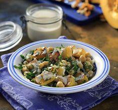 Σαλάτα κολοκύθας με ρεβίθια και σάλτσα από ταχίνι από τον Άκη Πετρετζίκη. Ένα πιάτο ιδανικό για την περίοδο της νηστείας και όχι μόνο. Ιδανικό για χορτοφάγους.