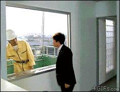 Die Fensterreinigung:Animiertes Bild zeigt zwei Männer vor einer zu reinigende Fensterscheibe.Es entwickelt sich ein humorvoller Dialog.