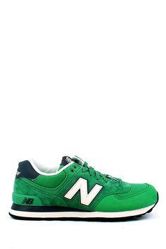 Sneaker sportiva classica in camoscio e tessuto verde con logo laterale,suola in gomma. Corri a prenderle! Buy them on: http://www.langolo-calzature.it/it/uomo/sneaker/sneakers-running-574-classic-in-camoscio-e-tela-verde