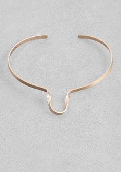 & OTHER STORIES Made from brass, this choker has a winding design that curves by the neck.