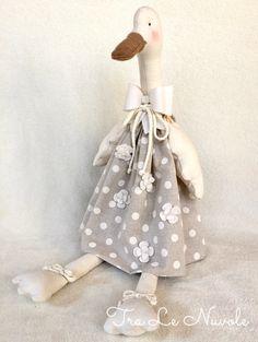 Un preferito personale dal mio negozio Etsy https://www.etsy.com/it/listing/573452511/clementina-oca-di-stoffa-con-vestito-a