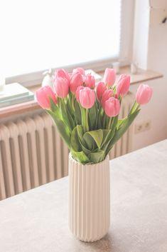 Tulpen in weißer Vase
