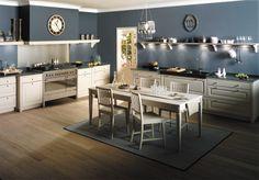 Cuisine en bois massif blanc: une cuisine équipée classique. Gamme Saveur - Arthur Bonnet