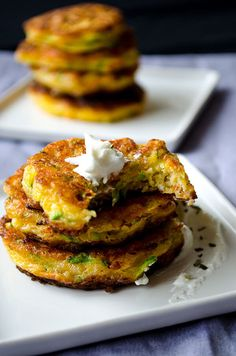 Zucchini fritters with carrot, red bell pepper and feta. A great twist on classic zucchini fritters. A perfect treat for parties! You can even make vegetarian burgers with these. Zucchini Muffins, Zucchini Fritters, Ricotta Fritters, Vegetable Recipes, Vegetarian Recipes, Cooking Recipes, Vegetarian Burgers, Healthy Recipes, Superfood