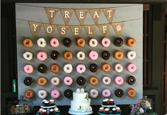 Every girl adores donuts. Can you imagine adding donuts into your wedding? Donuts are great wedding walls not only because they are delicious and good-looking, we also love it for its budget-saving and creative visual effect. Diy Dessert, Buffet Dessert, Dessert Bar Wedding, Wedding Donuts, Wedding Desserts, Wedding Cakes, Wedding Decorations, Doughnut Wedding Cake, Dessert Party
