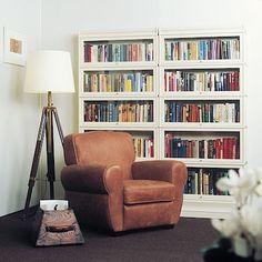 Pohodlné kožené křeslo a knihovna na dosah ruky, to je ráj pro knihomoly. Nábytek lze seskládat do sestav různých velikostí, materiál březové dřevo.