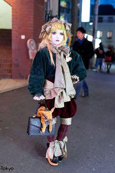 Japanese shironuri artist Minori in Harajuku for a Christmas party. Christmas day is Minori's birthday. Japanese Streets, Japanese Street Fashion, Tokyo Fashion, Harajuku Fashion, Star Fashion, Harajuku Style, Quirky Fashion, Lolita Fashion, Kawaii