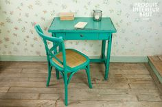 Tavolo turchese Lilac. Interamente in solido legno verniciato, potrebbe essere usato come toletta in camera da letto, come scrittoio in soggiorno o come tavolo occasionale in cucina.