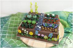 Garden cake with chocolate ground. Tort w stylu angielskim ogródek z cukrowymi warzywami i kwiatami. Więcej na www.pieceacake.pl/76