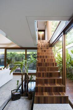 A escada deixa as laterais livres, possibilitando a abertura total das portas de correr...