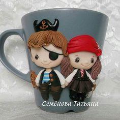 Кружечка с милыми пиратиками может стать отличным подарком ребенку или родителям юных сорванцов ⛵ Теперь узнать наличие вы можете по хэштегу ❗❗❗➡ #штучки_от_семёновой_в_наличии Надеюсь вам будет так удобнее узнавать о том, каких кружки и ложки в наличии #svadebnie_shtuchki #семёновататьяна #полимернаяглина #пластика #кружкасдевочкой #декоркружки #кружкасдекором #кружкиназаказ #кружканазаказ #кружка #ручнаяработа #хэндмэйд #polymerclay #handmade