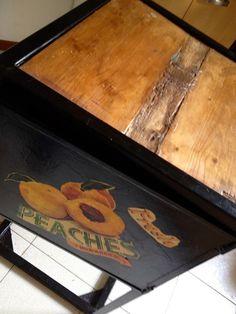 La parte di legno è composta da tre pezzi di legno da me reciclato e saggiamente incollati.  il mobiletto è di metallo