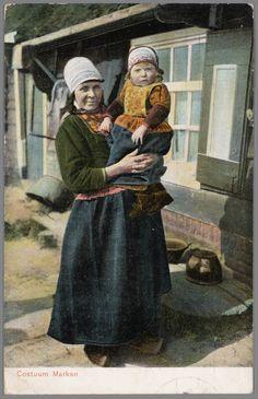 Vrouw en meisje in Marker streekdracht. 1905-1908 #NoordHolland #Marken Old Images, Belgium, Vintage Photos, Netherlands, Dutch, Folklore, Hand Painted, Costumes, Couple Photos