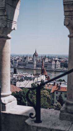 It is possible to see the most important attractions of Budapest in onr single shot, which are the Parliament Building and Danube through the Fisherman's Bastion. There are more infos in my post about the places that I have visited. Road Trip Europe, Places In Europe, Places To Travel, Places To See, Budapest Travel Guide, Budapest City, City Aesthetic, To Infinity And Beyond, Amazing Destinations