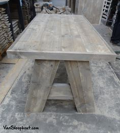 Eettafel van steigerhout met een A-onderstel. Het tafelblad heeft een versteklijst, zodat de randen mooi zijn afgewerkt. #steigerhout #sloophout #tafel #eettafel