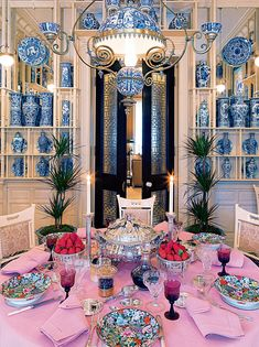 na mesa do apartamento de Londres, Valentino apresenta toda sua suntuosa coleção de louças chinesas e japonesas, além das porcelanas da família imperial russa (Foto: Divulgação)