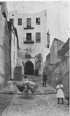la Alcazaba ocupada por viviendas. Arco del Cristo (h. 1930)