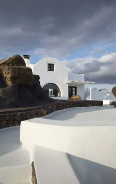 Entre les roches et la mer, on ne voit que cette sublime villa blanche. Plus de photos sur Côté Maison. http://petitlien.fr/7fcd